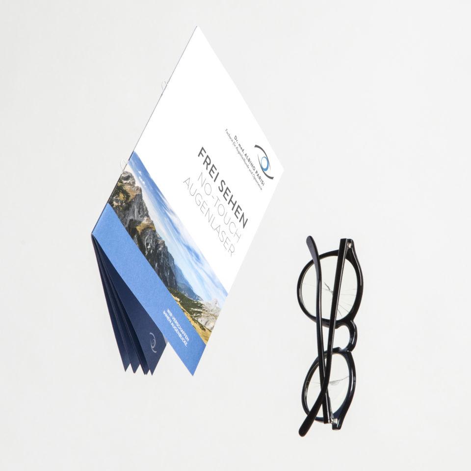 Infobroschüre mit Brille